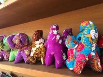 Tajlandzkie handmade słoń lale robić od kolorowej tkaniny na drewnianym Obraz Royalty Free