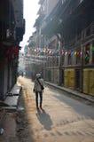 Tajlandzkie kobiety chodzi przy ranku czasem w Patan Durbar Obciosują zdjęcia stock