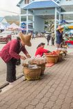 Tajlandzkie kobiety pakują w górę karmowych toreb na ulicznym Thailand zdjęcia royalty free
