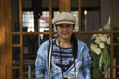 Tajlandzkie kobiety podr??uj? wizyt? i pozuj?cy portret dla bierze fotografi? w ogr?dzie chi?czyka Kulturalny centrum w Udon Than zdjęcia royalty free
