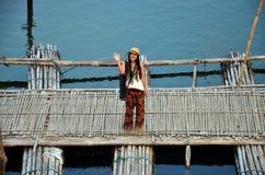 Tajlandzkie kobiety z Antykwarskim bambusa mostem łączy główną część Zdjęcie Stock