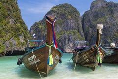 Tajlandzkie longtail łodzie na morze powierzchni Wyspy Ko Phi Phi Le Obraz Royalty Free