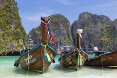 Tajlandzkie longtail łodzie na morze powierzchni Wyspy Ko Phi Phi Le Fotografia Stock