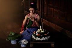 Tajlandzkie piękne kobiety jest ubranym tradycyjne suknie robią Krathong f obraz stock