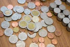 Tajlandzkiego bahta moneta na drewnianej podłoga Obrazy Stock