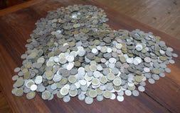 Tajlandzkiego bahtu udziałów moneta Układał w kierowym kształcie z czarną tło teksturą, pojęciem dalej, inwestycji i oszczędzania zdjęcia stock