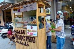 Tajlandzkiego kobieta zakupu francuski bochenek lub baguette kanapka Fotografia Royalty Free