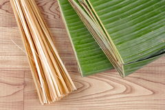 Tajlandzkiego opakunku deserowy kucharstwo jako bananowy liść i cienki bambus Obrazy Royalty Free