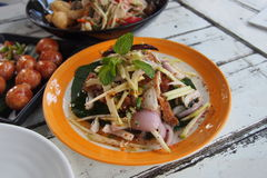 Tajlandzkiego stylowego pieczonego kurczaka korzenna sałatka Zdjęcia Royalty Free