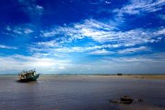 2 Tajlandzkiej łodzi rybackiej zatacza się w morzu na jasnym niebieskim niebie Obraz Stock