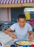 Tajlandzkiej kobiety naleśnikowy sprzedawca w Tajlandia fotografia royalty free
