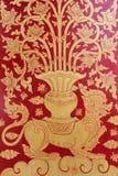 Tajlandzkiej sztuki złota ściany czerwona farba Obrazy Royalty Free