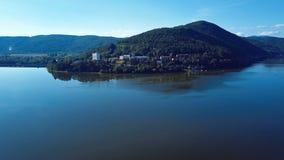 Tajma det lapese flyget över slingringar för den Nimnica brunnsortbyn och Vag-flod, Slovakien lager videofilmer