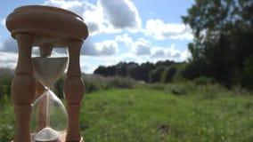 Tajma måttet med träsandglass på fält och himmelbakgrund 4K stock video