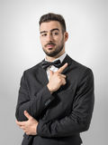 Tajna służba agent lub ochroniarz mimiczna krócica z ręka pistoletu gesta znakiem zdjęcie royalty free