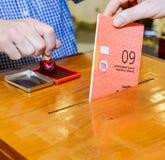 tajnego głosowania pudełka ręki kładzenia szczeliny target300_0_ Zdjęcia Royalty Free