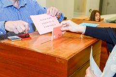 tajnego głosowania pudełka ręki kładzenia szczeliny target300_0_ Zdjęcie Stock
