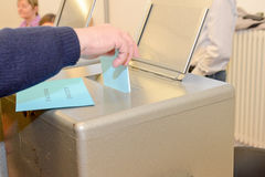 tajnego głosowania pudełka ręki kładzenia szczeliny target300_0_ Zdjęcia Stock
