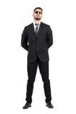 Tajny agent lub strażnik z rękami za plecy jest ubranym okulary przeciwsłonecznych Obraz Royalty Free