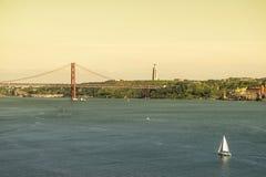 Tajo- und 25. April-Brücke in Lissabon Stockbilder