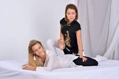 tajski masaż Masażu terapeuta pracuje z kobietą Obrazy Stock
