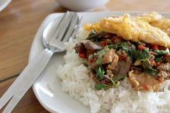 tajskie jedzenie Smażący basilu urlop z wieprzowiną na ryż Obraz Royalty Free