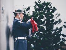 Tajwański żołnierz składa flaga Obraz Stock