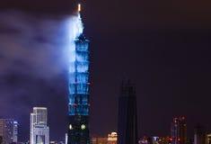 Tajwański ` s Taipei 101 budynku spojrzenie jak gigantyczna świeczka jako dym rozjaśnia od 2017 nowy rok fajerwerków Fotografia Royalty Free
