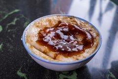 Tajwańskie ` s wyróżniające sławne przekąski: Cząberu ryżowego puddingu Wa gui w białym pucharze na kamienia stole, Tajwańscy bak obrazy royalty free