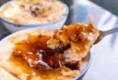 Tajwańskie ` s wyróżniające sławne przekąski: Cząberu ryżowego puddingu Wa gui w białym pucharze na kamienia stole, Tajwańscy bak obraz stock