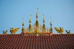 Taköverkant av den thailändska templet Fotografering för Bildbyråer