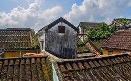 Taköverkant av gamla tegelstenhus i Hoi An royaltyfria foton