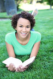 tak, afroamerykanin ładna kobieta czytelnicza Obraz Royalty Free