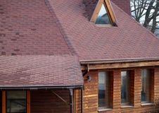 Tak Asphalt Shingles och loftMansardfönster Taklägga konstruktion Taklägga reparation Stupränna royaltyfri bild