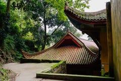 Tak av åldriga kinesiska byggnader på den träig bergssidan Royaltyfri Bild