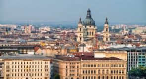 Tak av Budapest på solnedgången med St-Stephans-Basilika royaltyfri foto