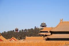 Tak av byggnader inom Forbiddenet City med kinesiska pagoder i bakgrunden royaltyfri fotografi