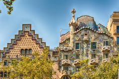 Tak av casaen Batllo och casaen Amatller, Barcelona, Catalonia, royaltyfria bilder