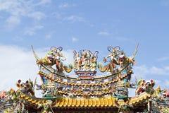 Tak av den kinesiska relikskrin på himmelbakgrund Arkivfoton