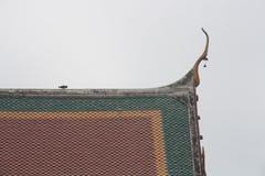 Tak av den thailändska templet, Wat Phra Phutthabat Saraburi, Thailand Arkivfoton