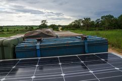 Tak av det offroad medlet 4x4 med bensindunken, solpanelen, det bästa tältet för tak och lagringsasken på smutsspår i Angola, Afr Royaltyfri Fotografi