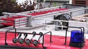Tak av en brandlastbil med ett bl?tt blinkande ljus lager videofilmer