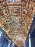 Tak av en korridor som sett i helgonet Peters Basilica Royaltyfria Foton