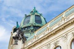 Tak av ett kommunalt hus i Prague med stora statyer i en klar dag Royaltyfri Fotografi