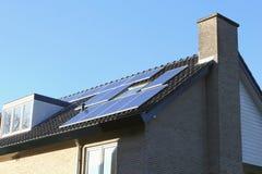 Tak av ett modernt hus med solpaneler Arkivbilder
