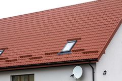 Tak av ett nytt hus som göras från röda tegelpannor Royaltyfria Foton
