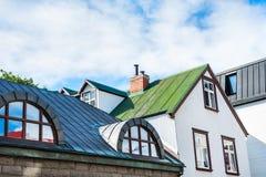 Tak av färgrika hus i Reykjavik, Island royaltyfri bild