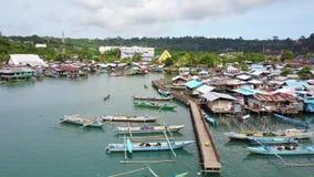 Tak av fiskarehus och fartyg på havet arkivfilmer