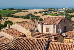 Tak av forntida hus i staden av Mondolfo, nära Pesaro Marche, Italien Arkivfoto