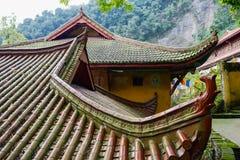 Tak av forntida kinesiska byggnader på den träig bergssidan Arkivbild